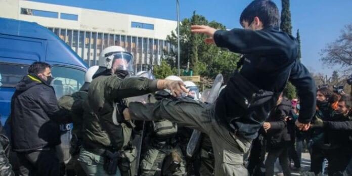 Επεισόδια μεταξύ ΜΑΤ και φοιτητών στο Αριστοτέλειο Πανεπιστήμιο Θεσσαλονίκης
